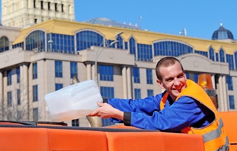 Рабочие покрасят цоколь и крышу по двум адресам в районе. Фото: Светлана Колоскова, «Вечерняя Москва»