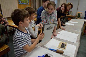 Сотрудники районного музея организуют мастер-класс для детей. Фото: Анна Быкова