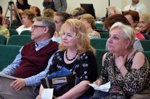 Сотрудники районного центра соцобслуживания организуют литературное мероприятие. Фото: Анна Быкова