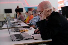 Онлайн-чемпионат по компьютерному многоборью среди людей старшего поколения прошел в Плехановском университете. Фото: Максим Аносов, «Вечерняя Москва»