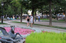 Сотрудники районной читальни провели экскурсию по Тверскому бульвару. Фото: Александр Кожохин, «Вечерняя Москва»