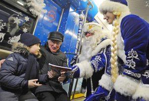 Новогодний поезд запустили через станцию метро «Павелецкая». Фото: Александр Кожохин, «Вечерняя Москва»
