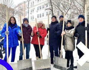 Представители Молодежной палаты района расчистили снег на улицах. Фото предоставили представители Молодежной палаты